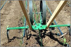 Two spreader bars on a double wheel cultivator