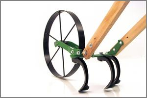 wheel cultivator with three teeth